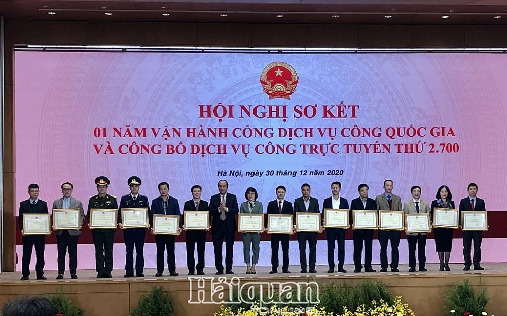 Đại diện Tổng cục Hải quan (thứ 3 từ bên phải sang) nhận bằng khen từ Bộ trưởng, Chủ nhiệm VPCP Mai Tiến Dũng. Ảnh: H.Dịu