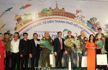 """TPHCM đón những vị khách quốc tế đầu tiên """"xông đất"""" năm 2020"""