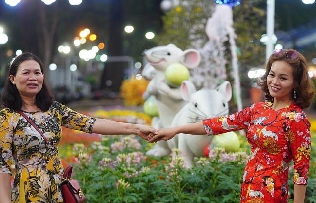 Người dân Sài Gòn nô nức đến Hội hoa Xuân thưởng lãm