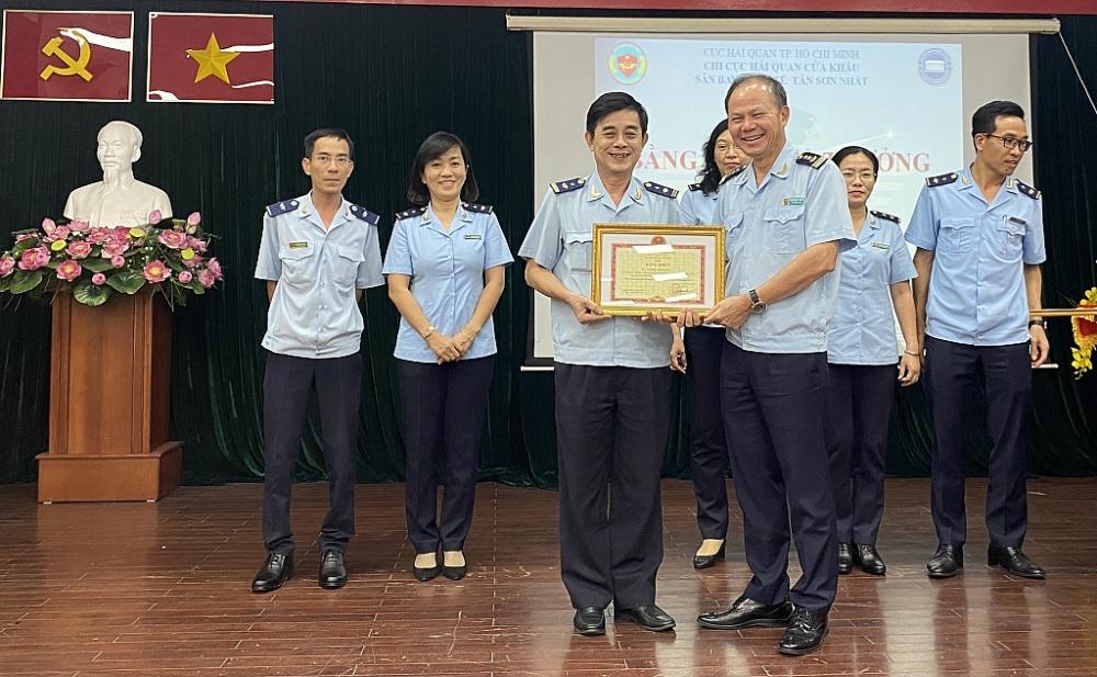 Đại diện các cá nhân, tập thể Chi cục Hải quan sân bay Tân Sơn Nhất nhận Bằng khen của Thủ tướng