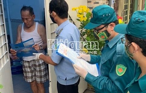 TPHCM: Phát tờ rơi tuyên truyền nâng cao ý thức phòng chống dịch bệnh Covid-19 đến tay người dân