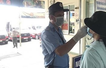 Người dân từ tỉnh khác đến TPHCM đều phải khai báo y tế, đo thân nhiệt