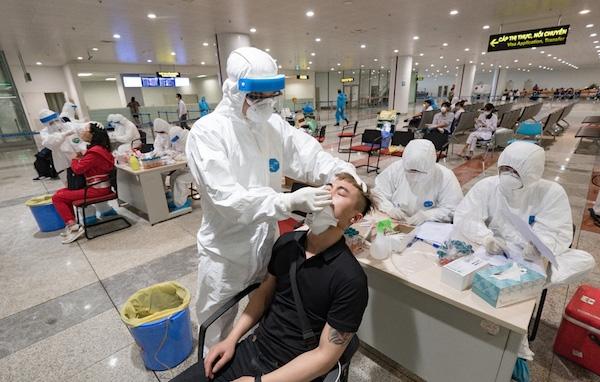 TPHCM: Mỗi ngày lấy mẫu xét nghiệm khoảng 400 khách tại sân bay Tân Sơn Nhất
