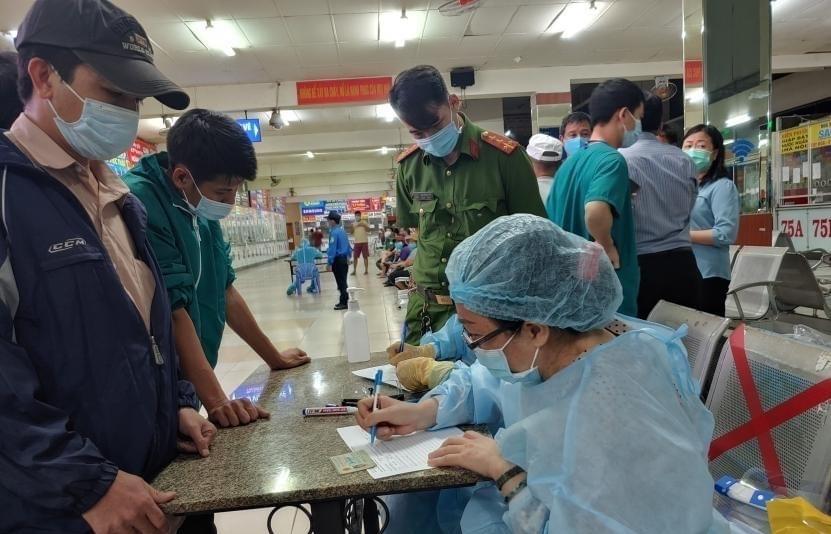 TPHCM: Người mua thuốc chữa sốt, ho, đau họng phải khai báo y tế