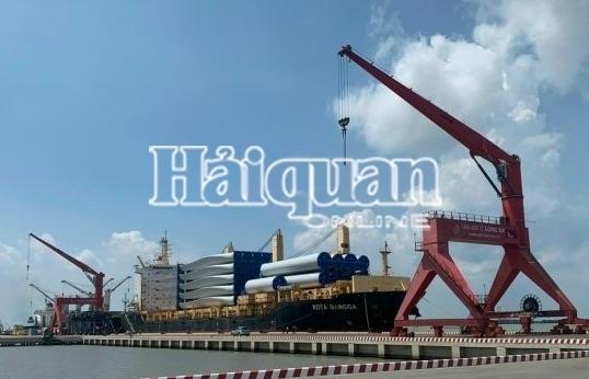 Tàu chở thiết bị điện gió siêu trường, siêu trọng cập Cảng quốc tế Long An