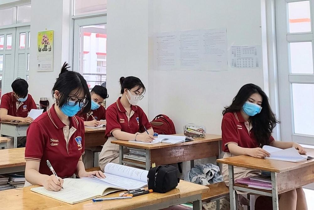 Học sinh cuối cấp tại TPHCM phải chuyển sang học trực tuyến hoàn toàn để đảm bảo phòng chống dịch.
