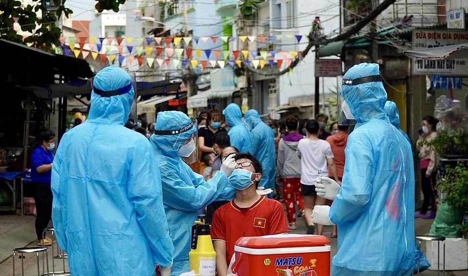 Lực lượng y tế thực hiện xét nghiệm, truy vết liên quan đến chuỗi lây nhiễm Covid-19