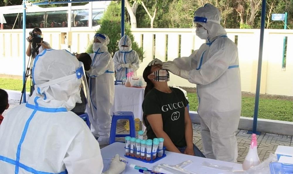 Người dân lấy mẫu xét nghiệm sàng lọc Covid-19 tại Trung tâm y tế quân dân huyện Côn Đảo, Bà Rịa - Vũng Tàu.