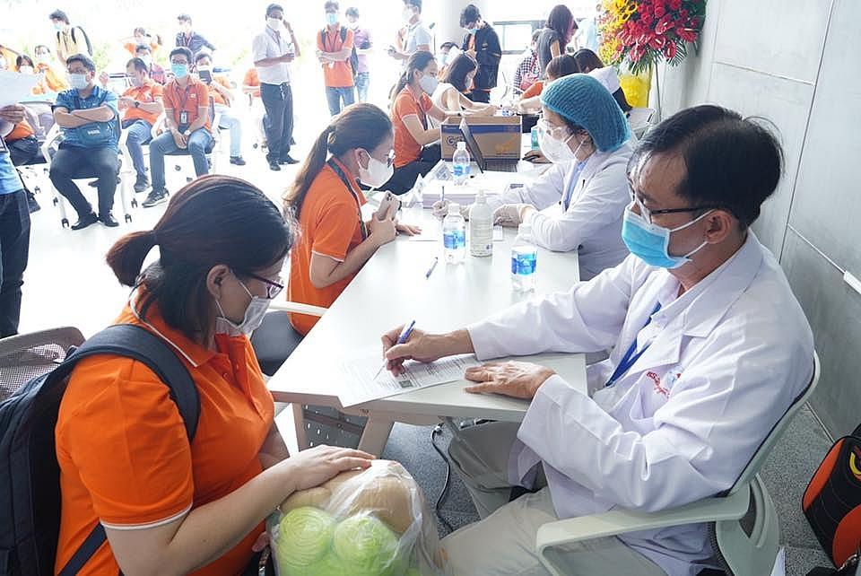 Công nhân khu công nghệ cao TPHCM tham gia tiêm chủng vắc xin Covid-19 ngày 19/6/2021.