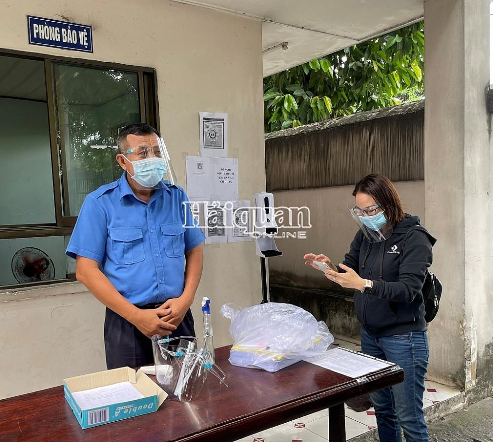 Doanh nghiệp thực hiện khai báo y tế khi đến làm việc tại Chi cục HQ Sóng Thần.