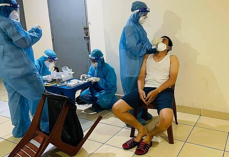 Lực lượng y tế TPHCM thực hiện test nhanh sàng lọc Covid-19 ngay tại nhà dân ngày 10/7/2021. Ảnh CTV