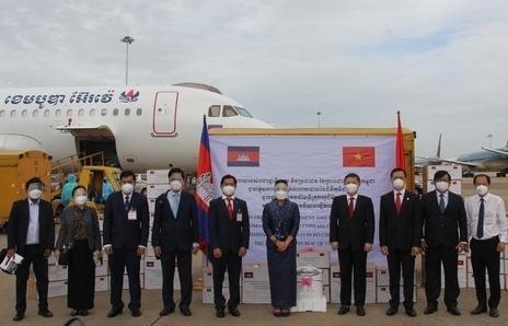 Chính phủ Hoàng gia Campuchia trao tặng trang thiết bị, vật tư y tế chống dịch cho TPHCM