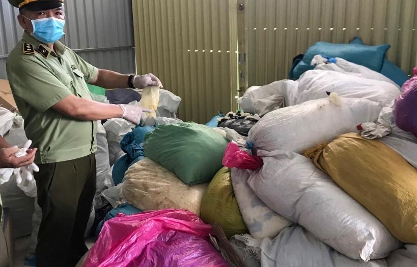 Bình Dương: Tạm giữ hàng chục tấn găng tay, đồ bảo hộ y tế đã qua sử dụng