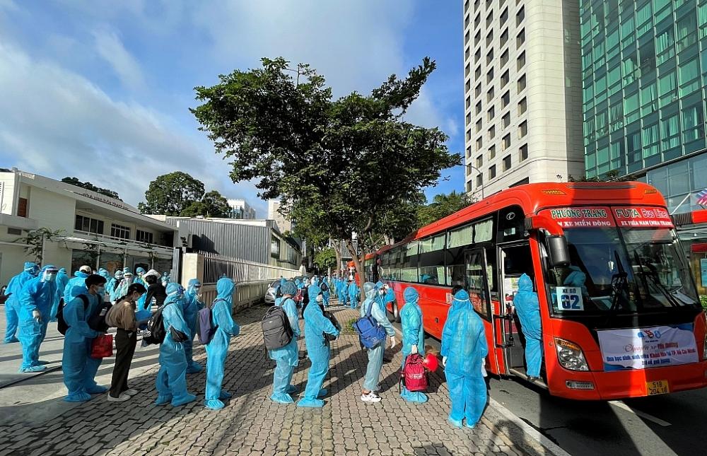 """""""Chuyến xe yêu thương"""" đưa 500 sinh viên Khánh Hòa tại TPHCM về quê"""