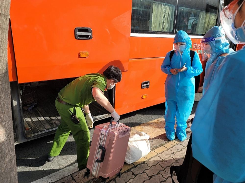 Lực lượng Công an hỗ trợ sinh viên đưa hành lý lên xe. Ảnh SAC