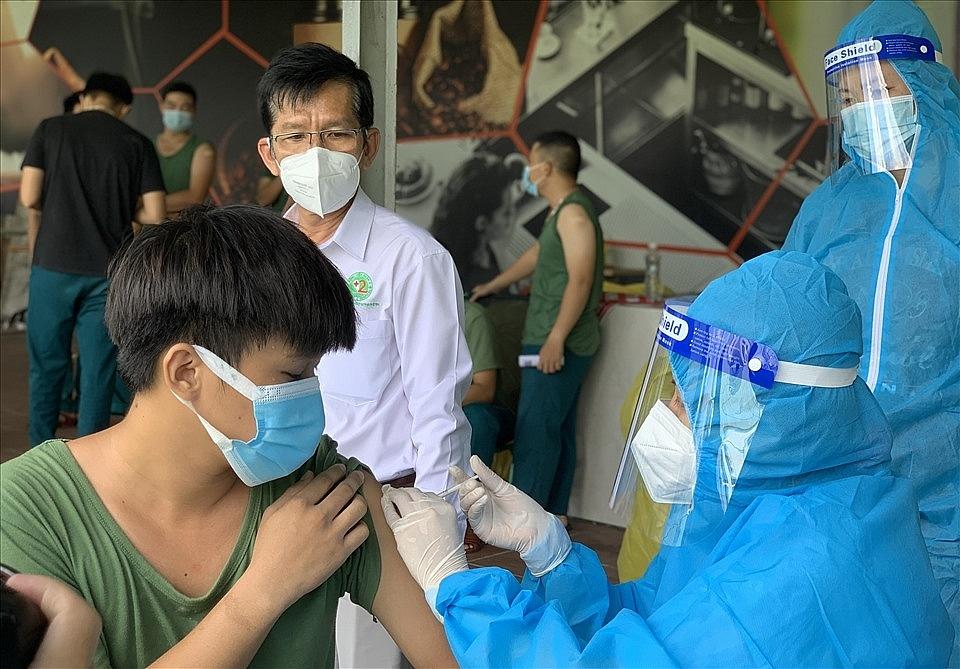 Đội tiêm lưu động tiêm vắc xin cho các lực lượng tuyến đầu chống dịch