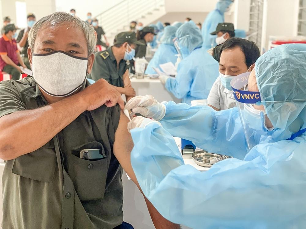 Người lao động tại Bình Dương tham gia tiêm chủng sáng 5/8. Ảnh Phong Lan