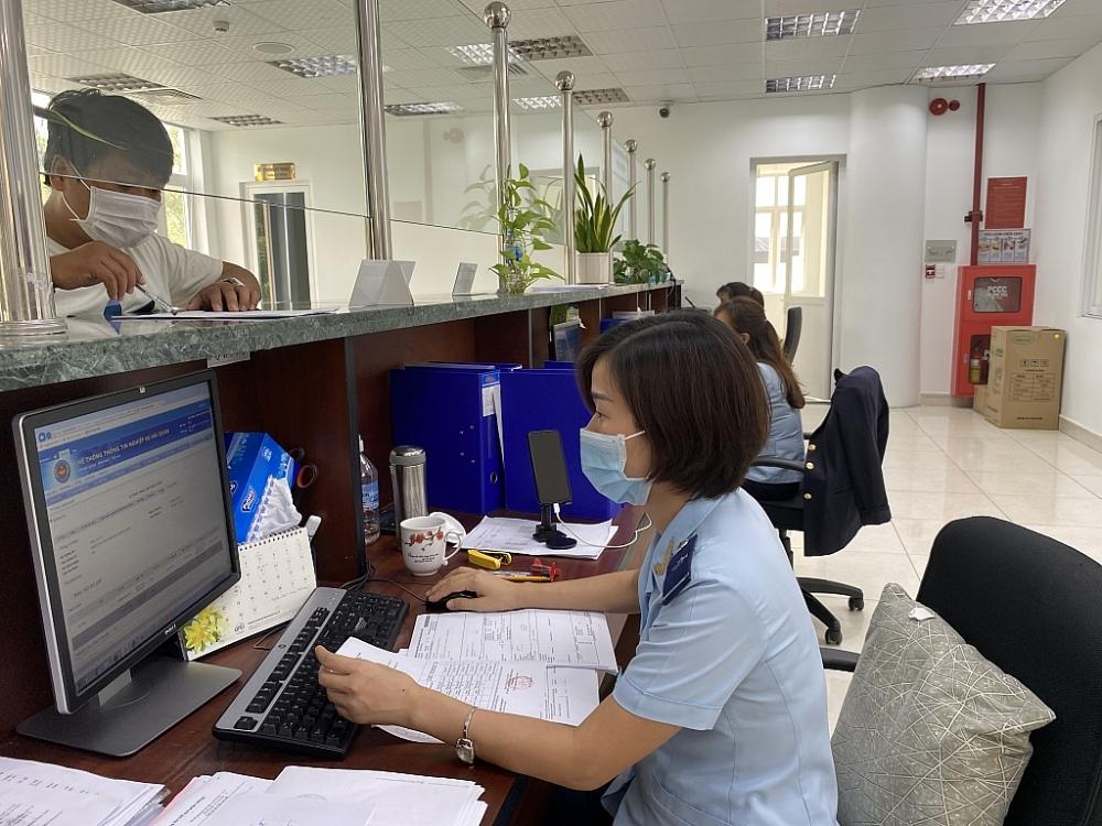 Công chức Hải quan Thủ Dầu Một, Cục Hải quan Bình Dương làm thủ tục XNK cho doanh nghiệp. Ảnh T.D