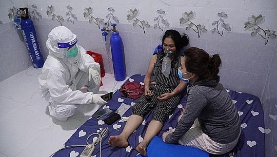 Hỗ trợ chăm sóc F0 tại nhà ở huyện Bình Chánh, TPHCM. Ảnh: Huế Xuân