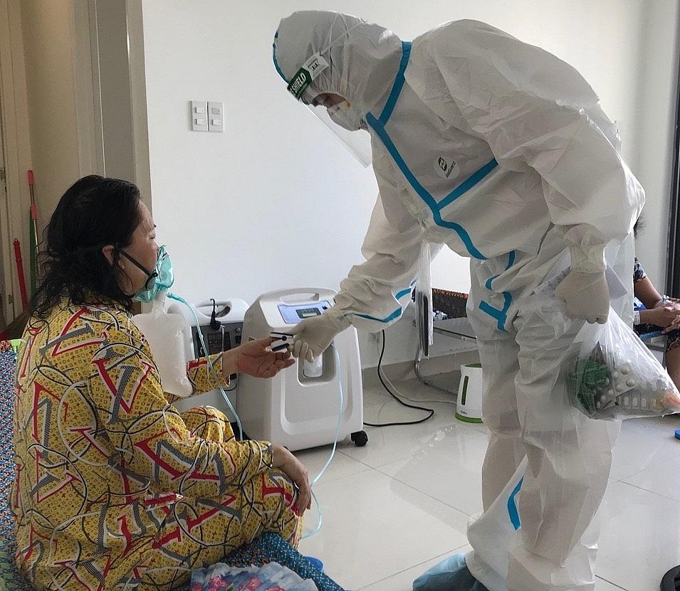 Bác sỹ thăm khám cho người bệnh nhiễm Covid-19.