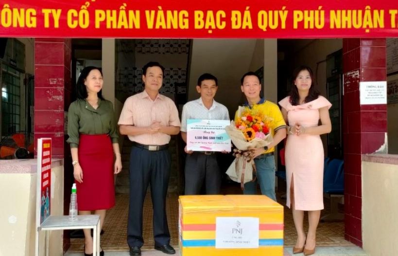 PNJ trao tặng 9.500 ống sinh thiết xét nghiệm Covid-19 cho Quảng Ngãi