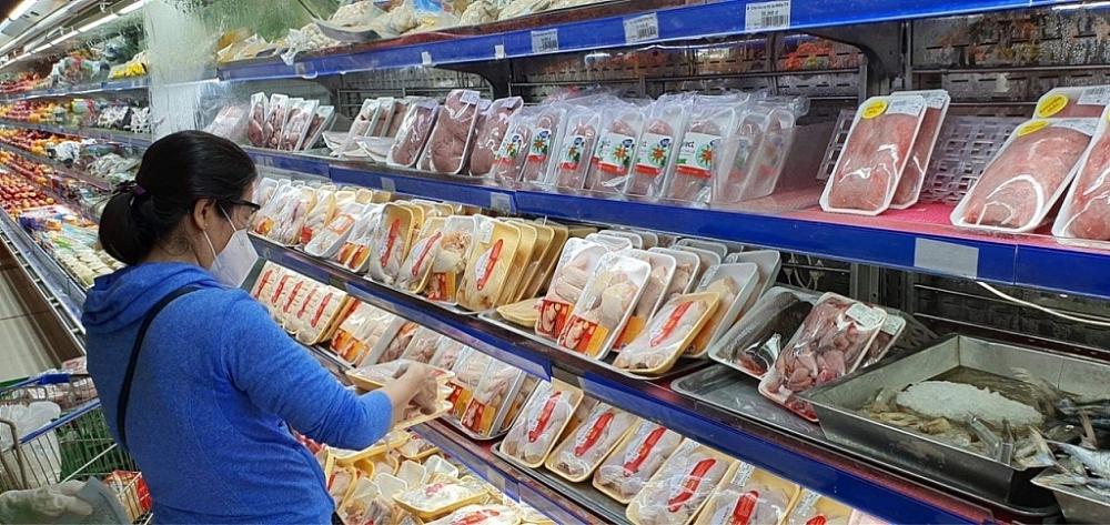 Khách hàng mua sắm tại siêu thị Co.opmart Huỳnh Tấn Phát, (quận 7, TPHCM) sáng 16/9/2021.