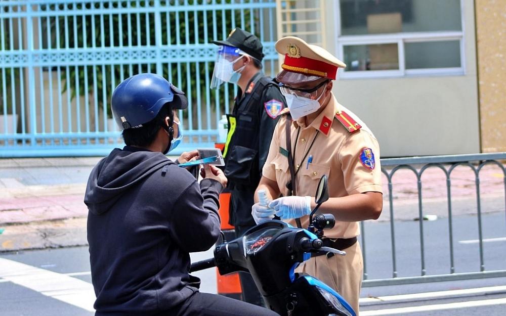 Lực lượng chức năng TPHCM kiểm tra giấy đi đường của người dân trong thời gian giãn cách xã hội. Ảnh CTV