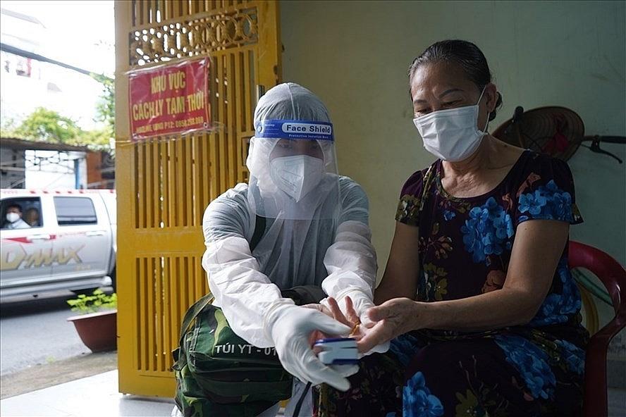 Bác sỹ tại Trạm y tế lưu động đến tận nhà thăm khám cho người mắc Covid-19. Ảnh: Anh Tú