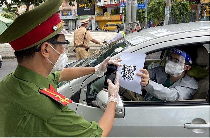 Công an TPHCM kiểm tra thông tin người tham gia lưu thông qua mã QR code. Ảnh Mạnh Linh