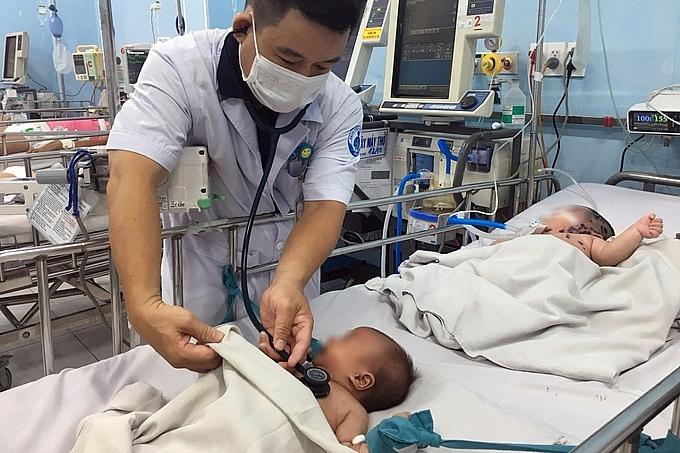 Ca mắc tay chân miệng nặng đang điều trị tại Bệnh viện Nhi đồng 1. Ảnh BV cung cấp