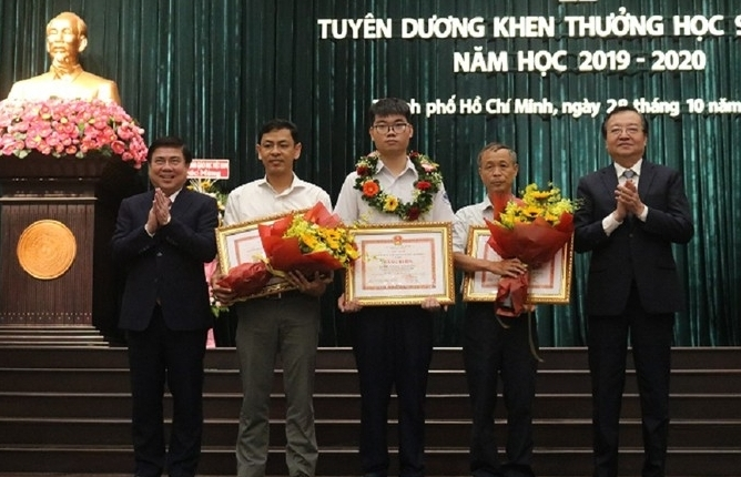 Trao thưởng 150 triệu đồng cho học sinh đạt Huy chương Bạc Olympic Toán quốc tế