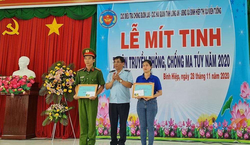 Đại diện Cục Điều tra Chống buôn lậu trao giấy khen và quà