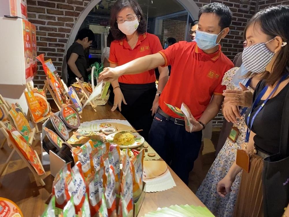 Khách hàng tìm hiểu về các sản phẩm của Sài Gòn Food. Ảnh T.D