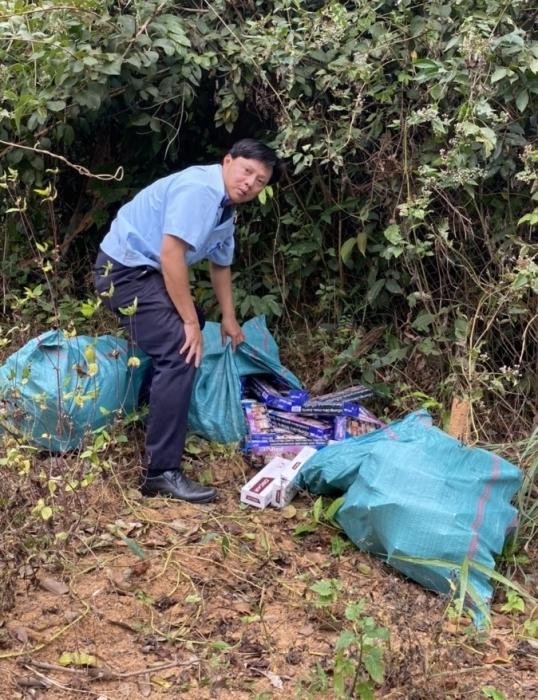 Hơn 1.200 gói thuốc lá lậu bỏ ven bìa rừng