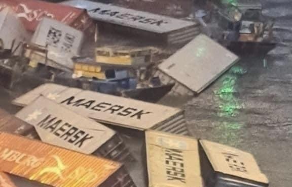 Hơn 20 container rơi xuống sông khi đang bốc hàng tại cảng Cái Mép