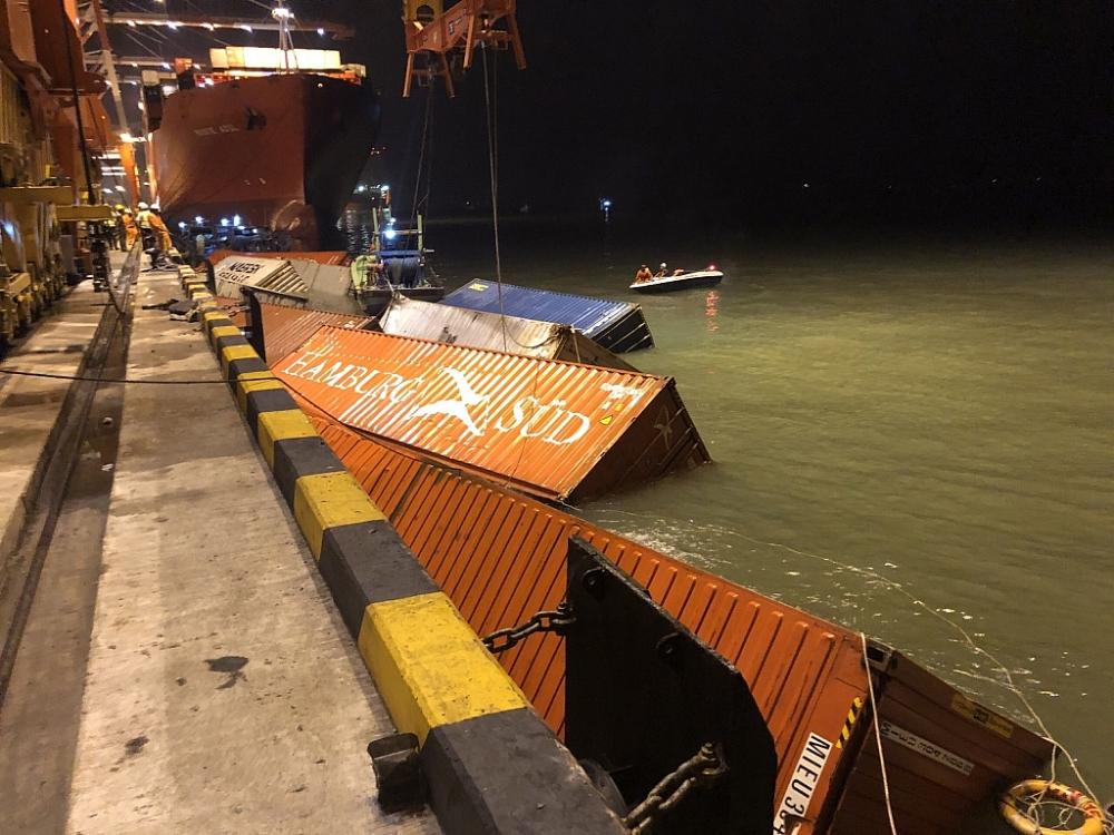 Công ty Cảng Tân cảng Mái Mép – Thị Vải đã lai dắt số container trên về cầu cảng và đang tiến hành cẩu lên bãi