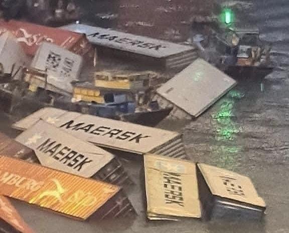 Hơn 20 container bị rơi khi đang bốc xếp hàng tại cầu cảng