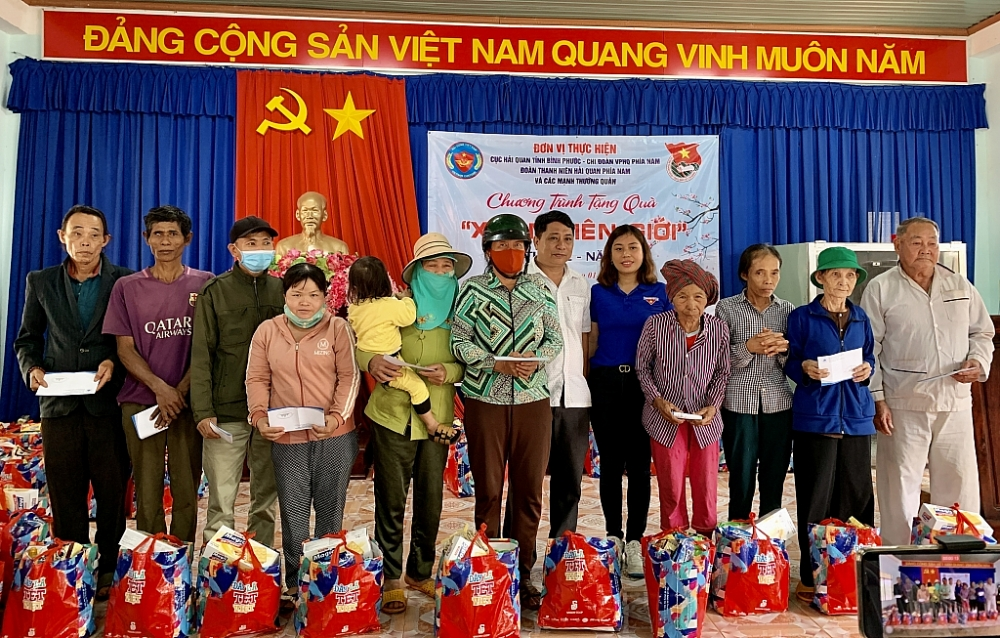 Ông Nguyễn Xuân Cường, Phó Chủ tịch xã Lộc Hòa cùng đại diện chi đoàn trao quà cho bà con