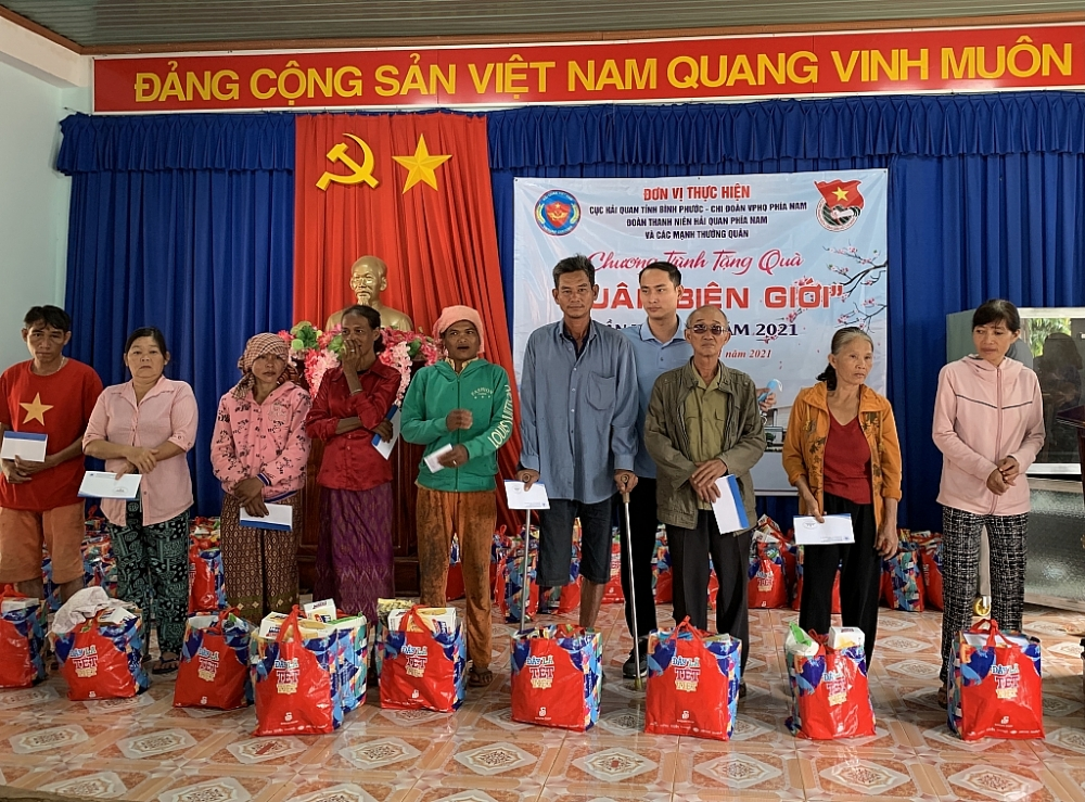 Đại diện Công ty TNHH Hải Minh trao quà cho bà con