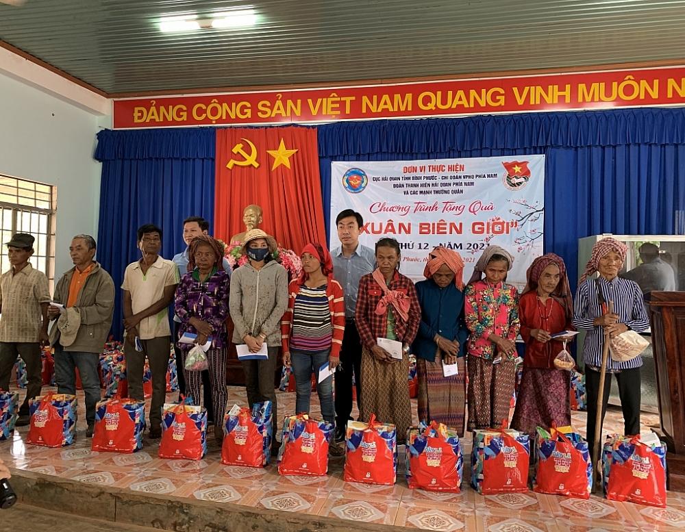 Đại diện Đoàn Thanh niên Cục Hải quan Bình Phước trao quà cho bà con tại xã Lộc Hòa