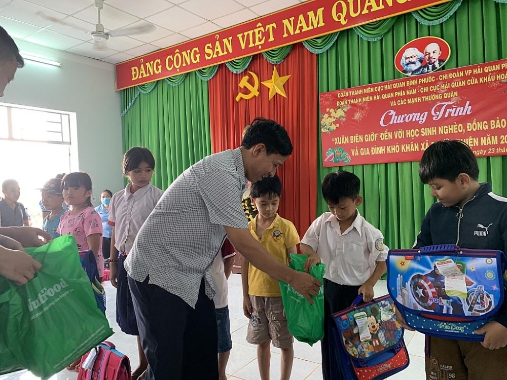 Ông Đinh Văn Bàng, Phó Chủ tịch xã Phước Thiện trao quà cho các em học sinh