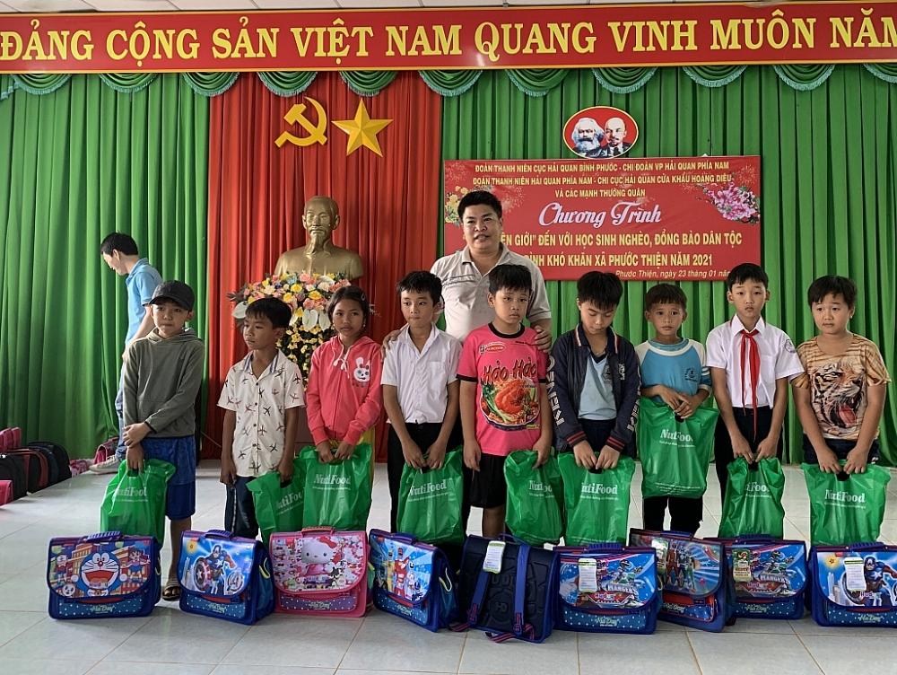 Đại diện Chi cục Hải quan cửa khẩu Hoàng Diệu trao quà cho các em học sinh