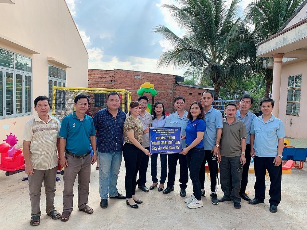 Đại diện Chi đoàn và các đơn vị trao tặng sân chơi cho xã Hưng Phước (huyện Bù Đốp)