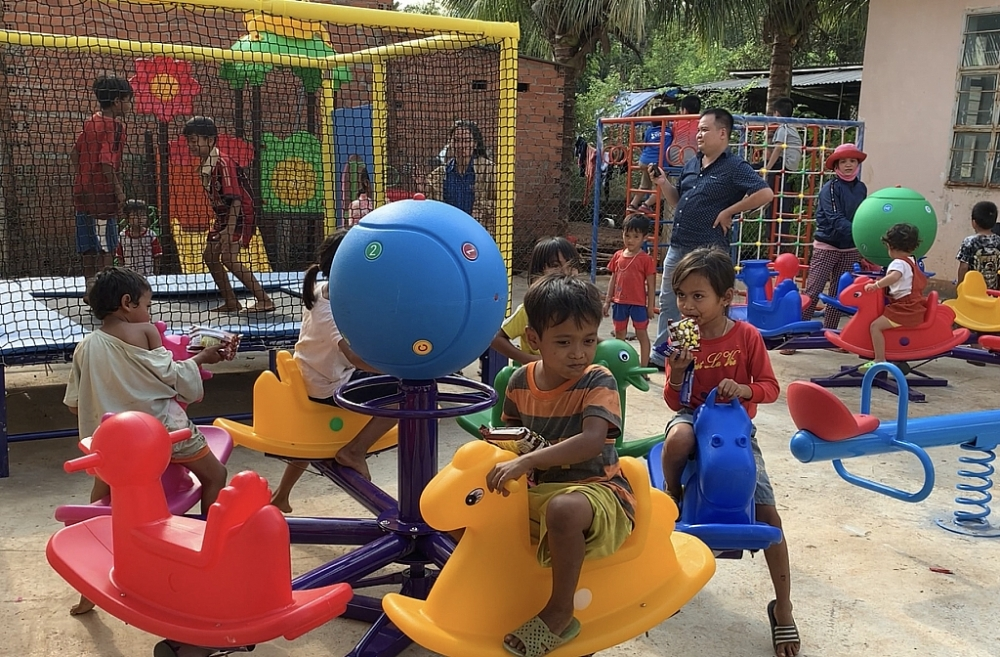 Niềm vui của trẻ em đồng bào S'Tiêng khi chơi đùa tại sân chơi do chương trình trao tặng