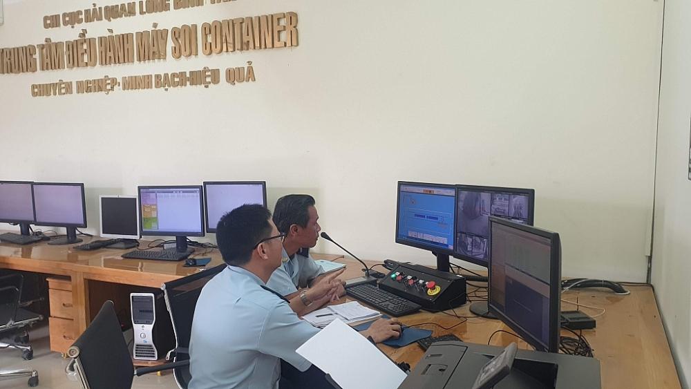 Công chức Hải quan Đồng Nia vận hành máy soi container. Ảnh: Đ.N