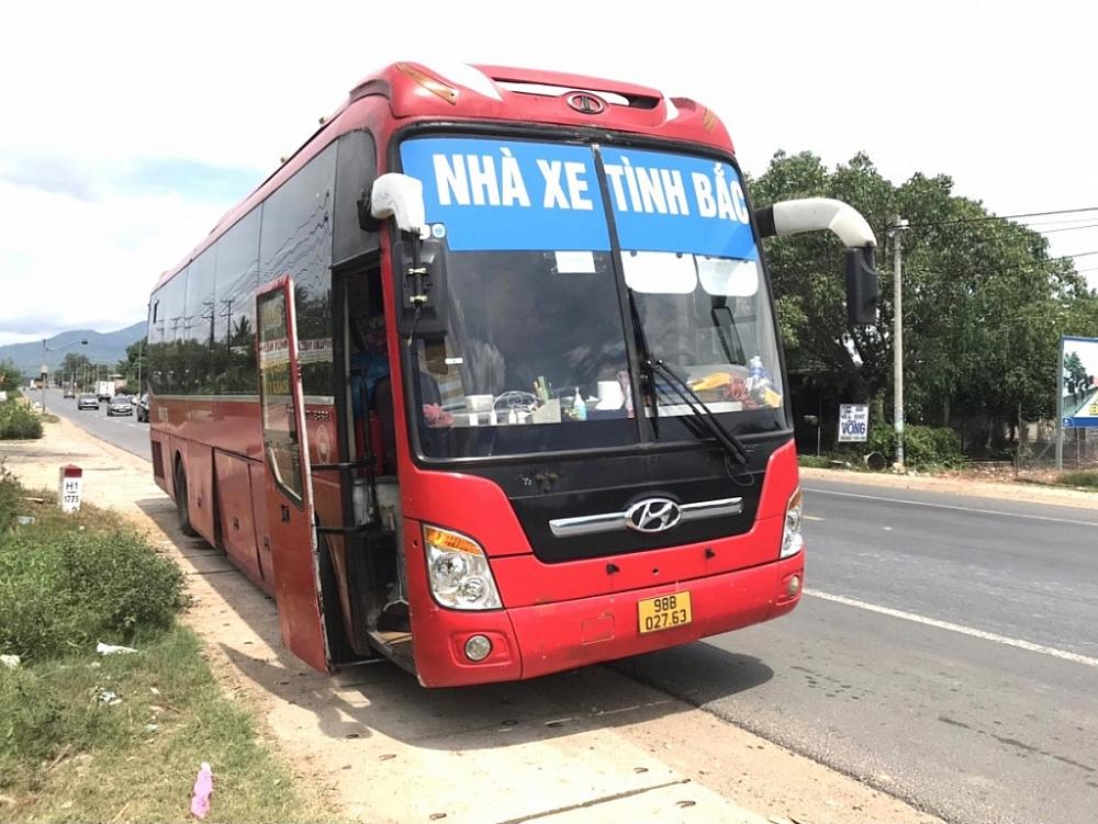 Chiếc xe khách chở 5 người Trung Quốc nhập cảnh trái phép. Ảnh: Công an cung cấp