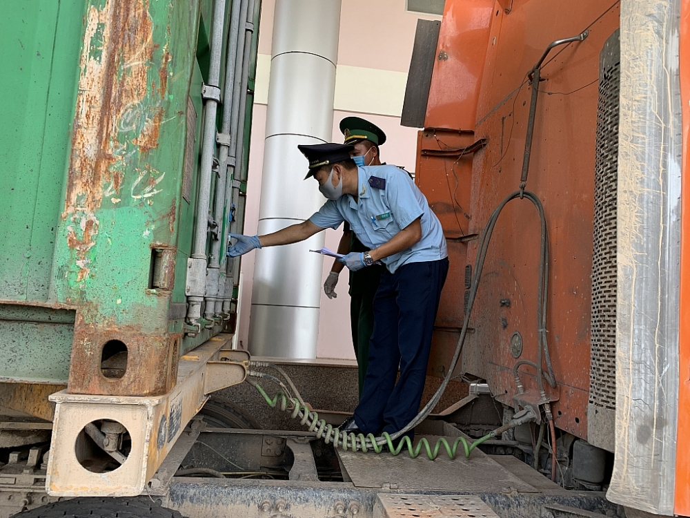 Công chức Hải quan Bình Phước kiểm tra phương tiện xuất nhập cảnh. Ảnh: N.H
