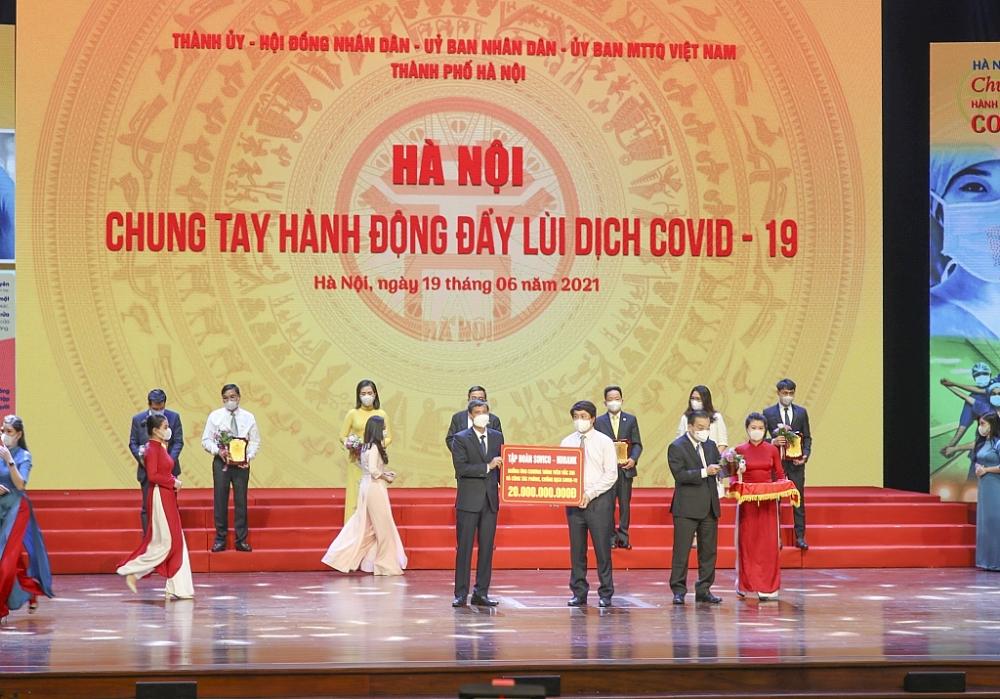 Đại diện HDBank trao 20 tỷ đồng cho TP Hà Nội