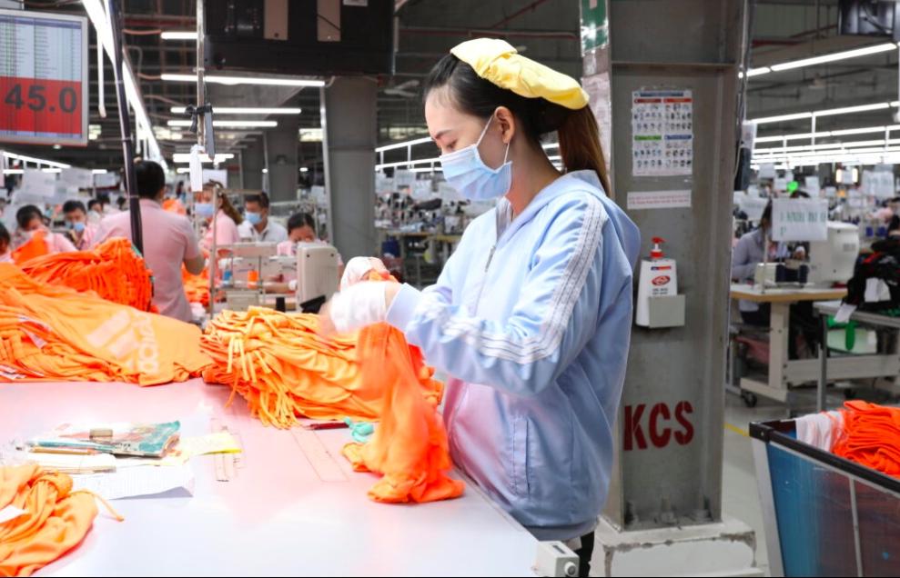 Doanh nghiệp dệt may tranh thủ từng giờ để hoàn tất đơn hàng