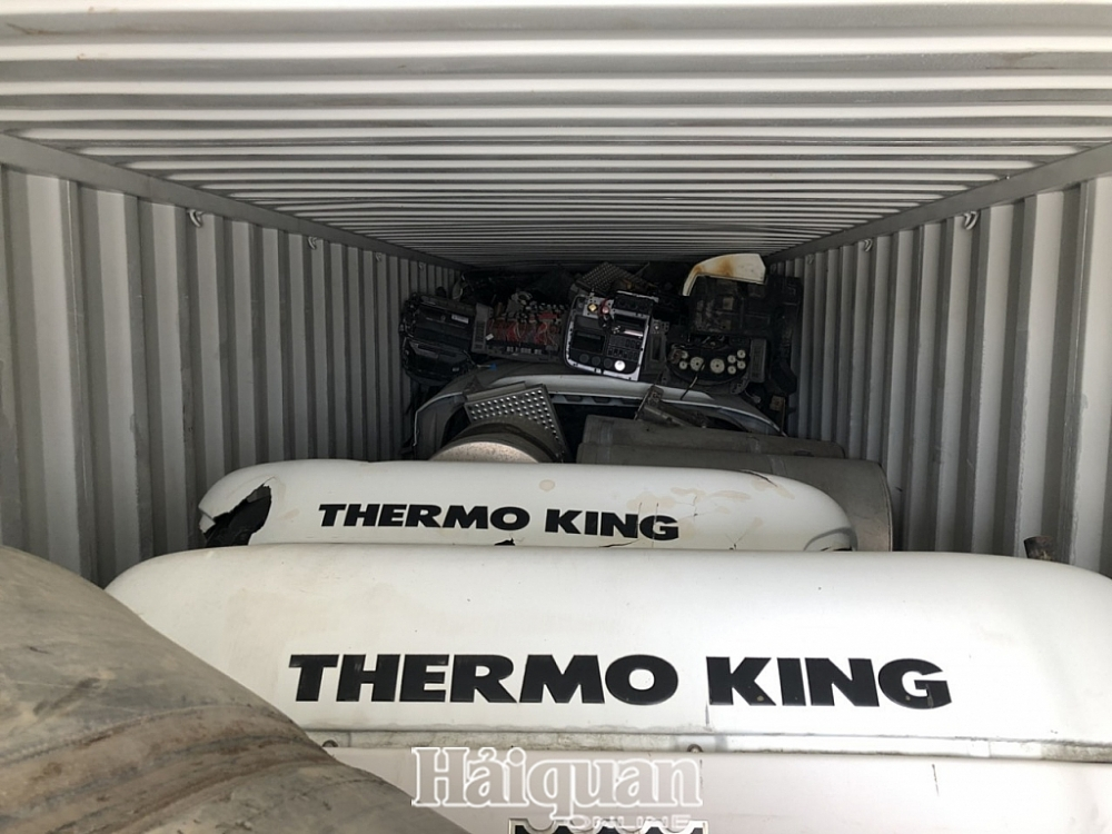 Nhiều phụ tùng ô tô cũ ẩn trong 3 container hàng tồn đọng